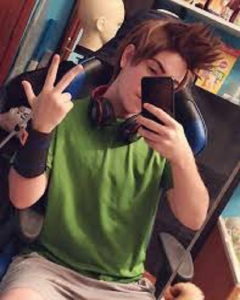 chico-disfrazado-de-rubius-virtual-hero-cosplay